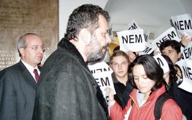 A fotón Eörsi Mátyás (balra) és Eckstein-Kovács Péter, az RMDSZ Szabadelvű Körének akkori elnöke látható, amint a Sapientia-EMTE épületében megpróbálnak szót érteni a tüntetőkkel. Fotó: Transindex/Rostás-Péter Emese