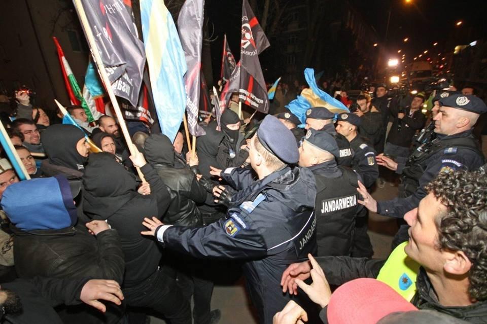 HVIM-esek csapnak össze a csendőrökkel Marosvásárhelyen, 2014 március 10-én. A szervezet kilenc tagja összesen mintegy 1,5 millió forintnyi büntetést kapott. Fotó: HVIM Erdély Facebook-oldala