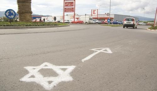 A csíkszeredai Kaufland áruház bejárata elé festett Dávid-csillag. Fotó: maszol.ro