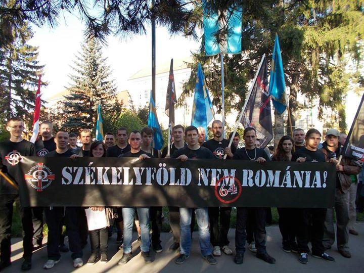 Egy, a székely zászló védelmében szervezett tüntetés Sepsiszentgyörgyön. Fotó: HVIM Erdély Facebook-oldala