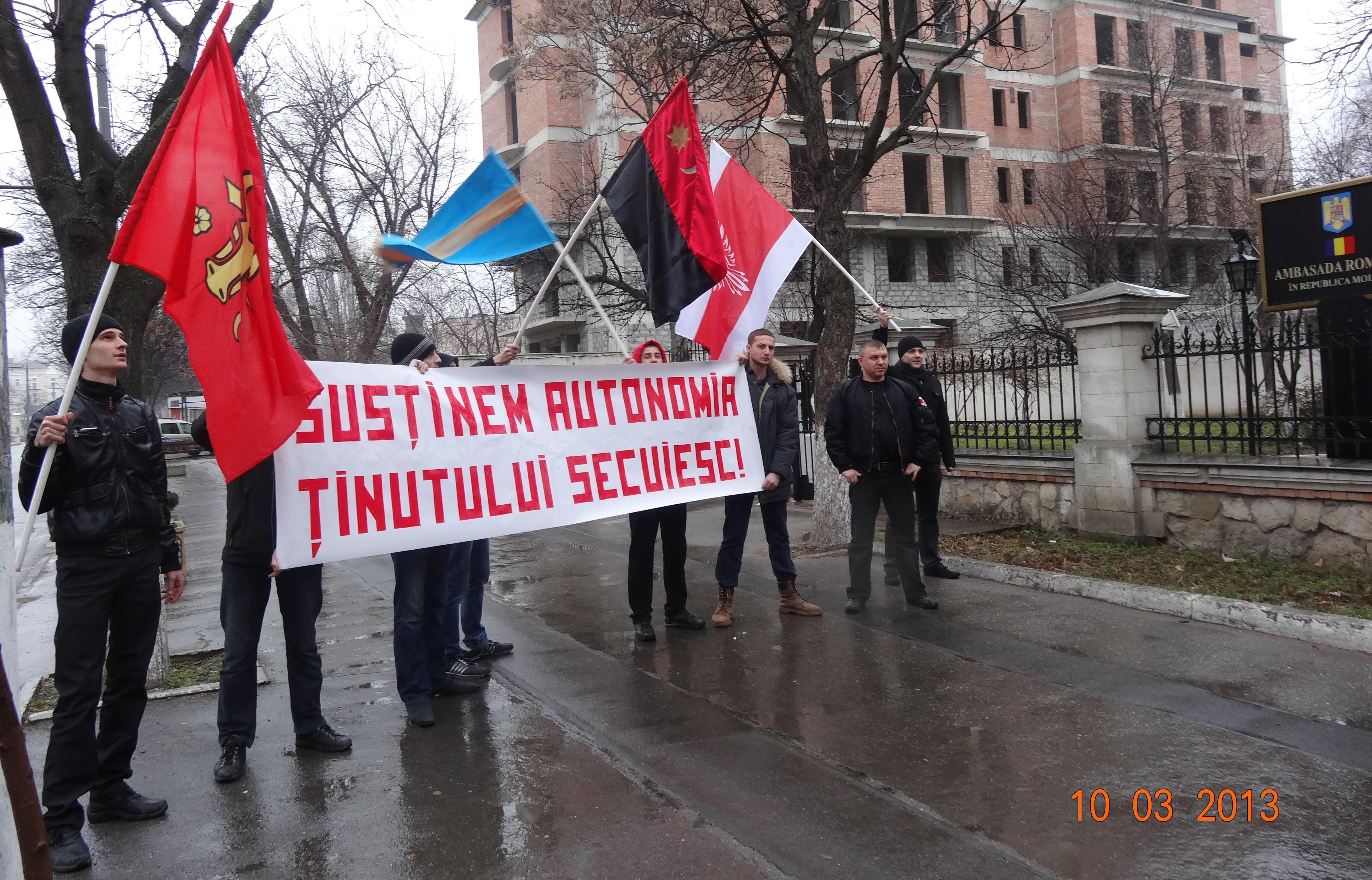 Románia kisinyói nagykövetsége előtt tüntet Székelyföld autonómiájáért a Mișcarea Național Democrată. Fotó: nationaldemocrat.org