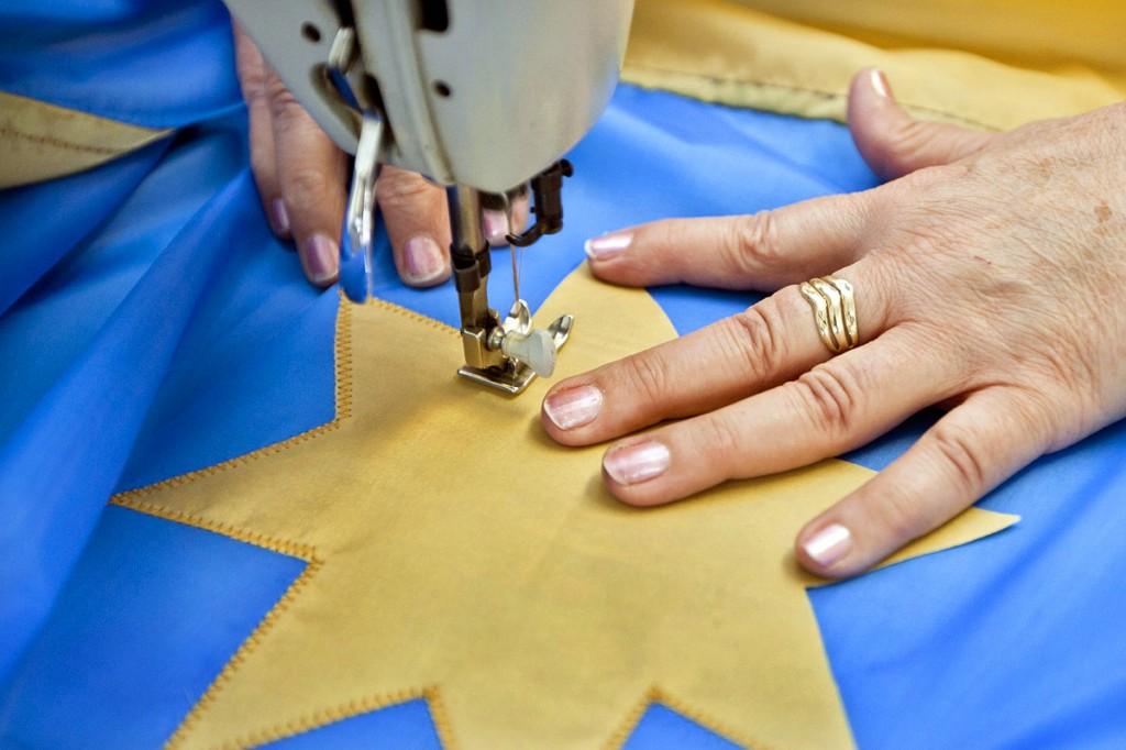 Székelyzászló-ügy - Zászlókat készítõ csíkszeredai varroda