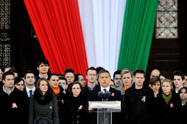 2010 október 23. Budapest, Kossuth tér. Az MKP ifijei együtt ünnepelnek Orbán Viktorral és az IKSZ-szel.