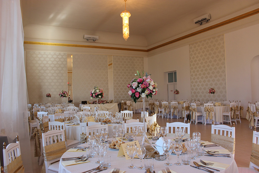 A képzés helyszínéül szolgáló terem, esküvői díszben. Forrás: mileniumevents.ro